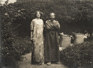 AUSTRIA - CIRCA 1910: Gustav Klimt and Emilie Floege in a dress with floral pattern in the garden of the Oleander villa in Kammer at the Attersee lake. Photography, 1910. (Photo by Imagno/Getty Images) [Gustav Klimt und Emilie Floege in einem Reformkleid mit Blumenmuster im Garten der Oleander-Villa in Kammer am Attersee. Photographie, 1910.]